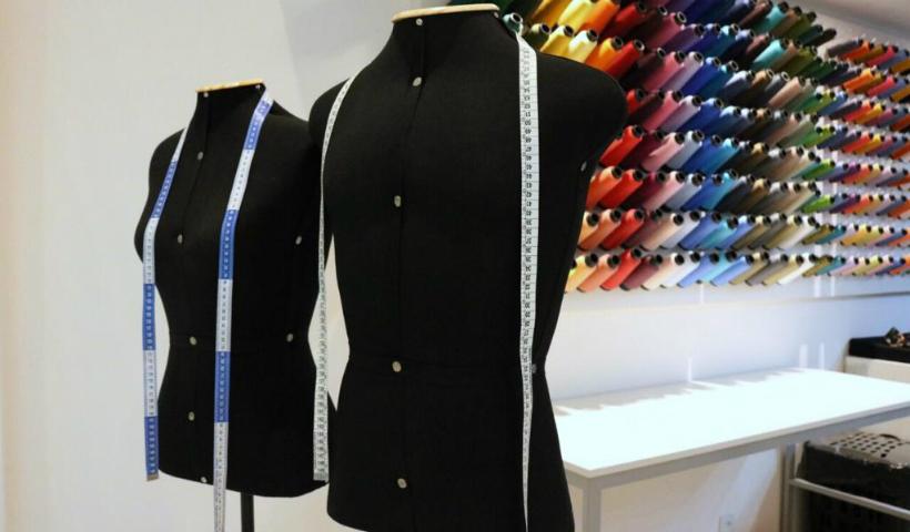 Consertos e ajustes de roupas personalizados na Arranjos Express