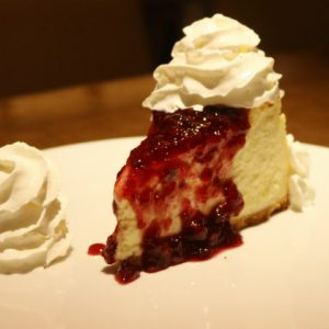 Sobremesa do dia: cheesecake com geleia de frutas vermelhas
