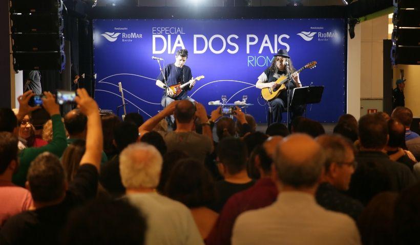 Moraes Moreira e Davi Moraes presenteiam os pais com show emocionante