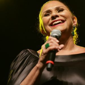 Com sua voz marcante, Fafá de Belém faz show inesquecível