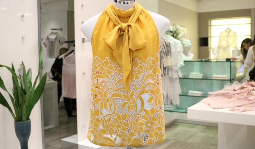 Cores e bordados marcam a nova coleção de verão na Marie Mercié