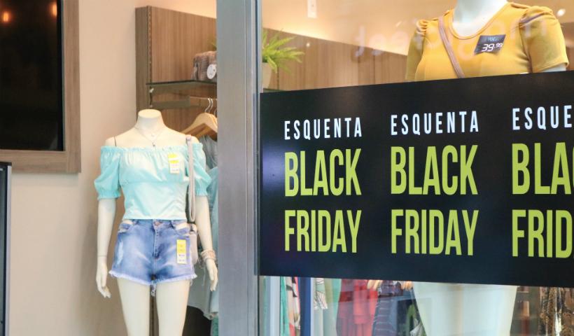 Black Friday: vitrines das lojas chamam atenção no RioMar Recife