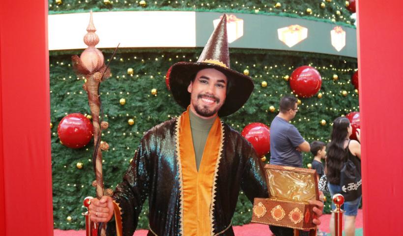 Mago encantado de Natal conduz as pessoas aos sonhos natalinos
