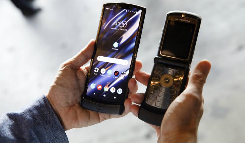Motorola lança 'Razr', celular dobrável que lembra famoso V3