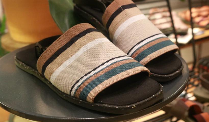 Sandálias em couro da Outer revelam beleza e conforto