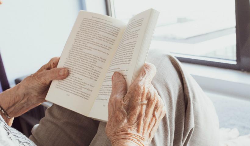 60+: dicas de leituras para estimular a mente