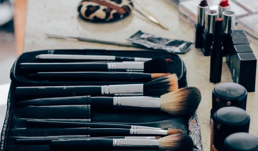 Saiba como limpar os pincéis de maquiagem para arrasar na produção!