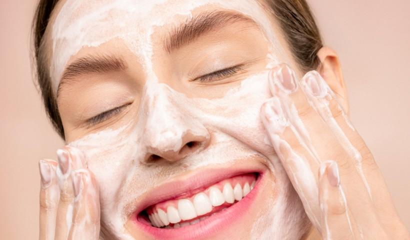 Como manter a rotina de cremes para a pele em casa
