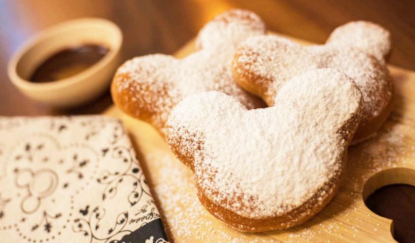 Disney em casa: aprenda a fazer os famosos beignets do Mickey
