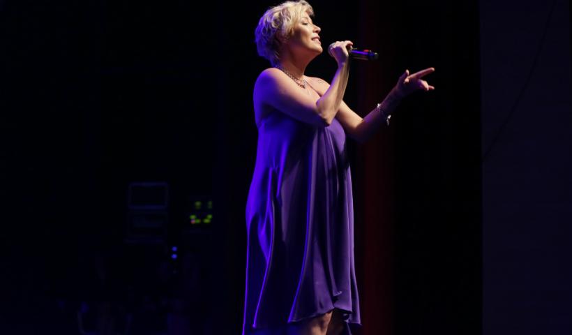#TBT: Gravidíssima, Luiza Possi emocionou em show para as mães
