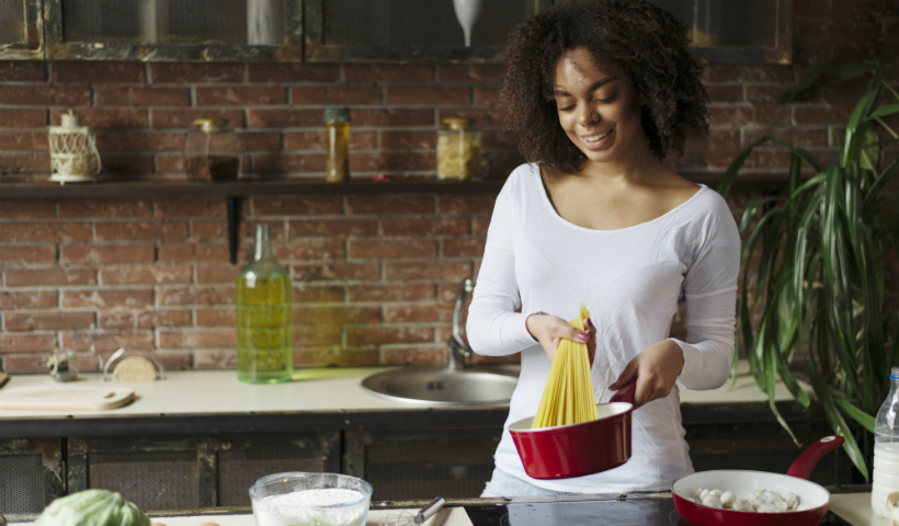 Em casa: livros de culinária para te guiar na cozinha