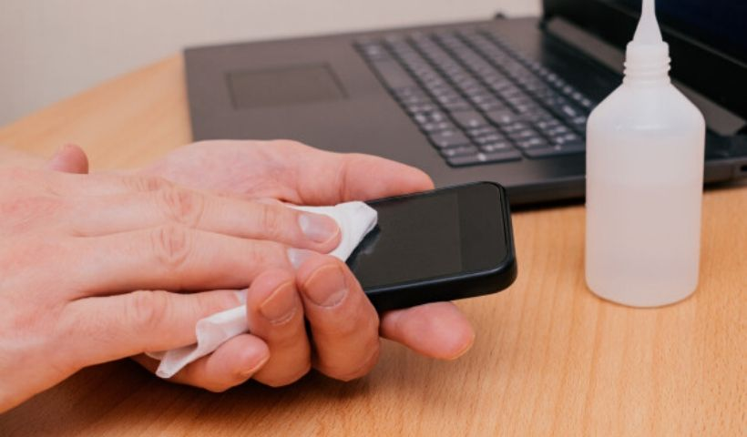 Saiba como fazer a limpeza adequada do celular