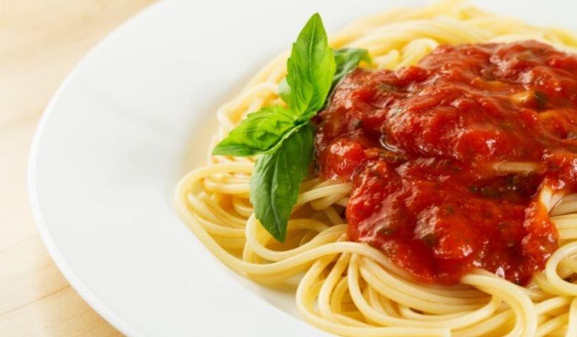 Macarrão com molho rústico de tomate: saiba como fazer