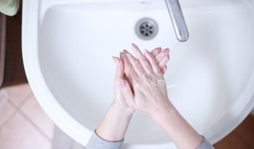 Como cuidar das mãos e das unhas com tanto lava lava?