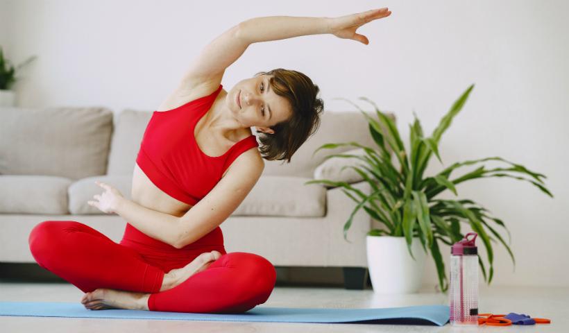 Dia da Yoga: conheça os benefícios e pratique em casa