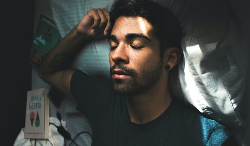 Você dorme na posição certa? Saiba como isso pode evitar dores