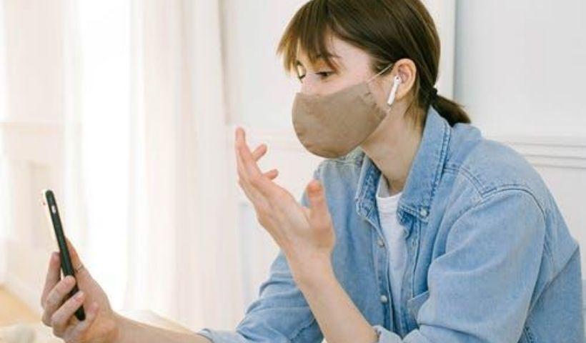 Você fala mais alto de máscara? Veja como preservar a voz