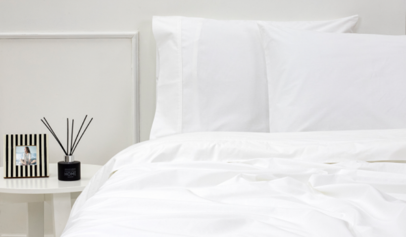 Quarto bem arrumado: travesseiros e lençóis com frete grátis