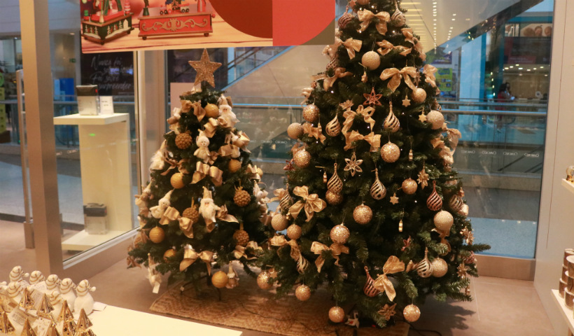 Árvores de Natal já se destacam nas vitrines do RioMar
