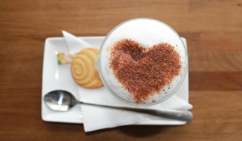 Prepare o lanchinho da tarde com café e biscoitos
