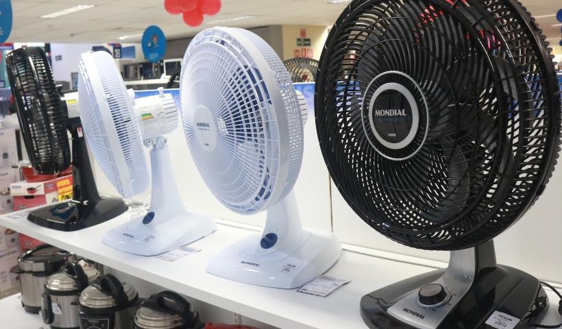 Ventilador e ar-condicionado para aliviar o calor do verão