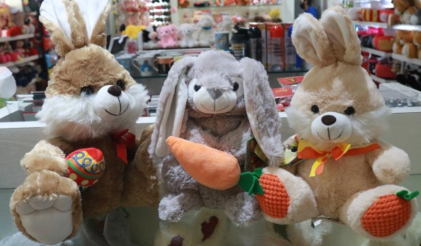 Coelhinhos de pelúcia para divertir a Páscoa dos pequenos