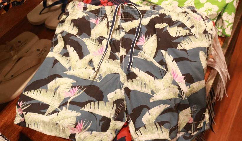 Moda masculina: shorts floridos estão em alta