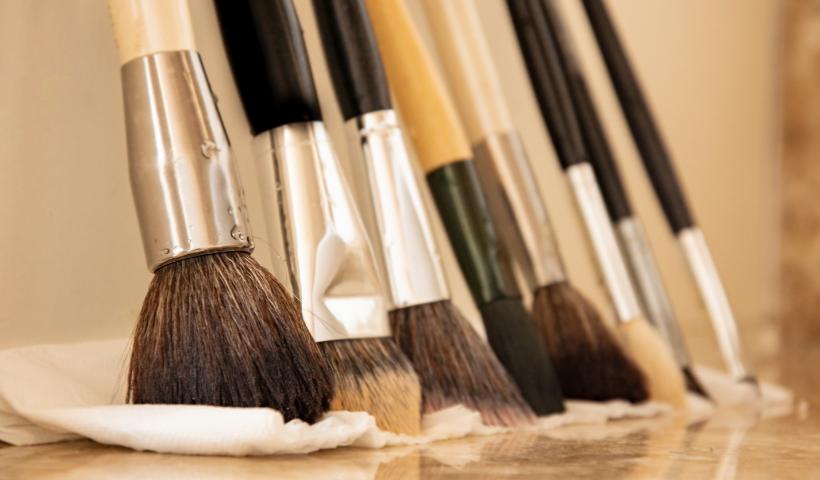 Pinceis de maquiagem: dicas para fazer a limpeza correta