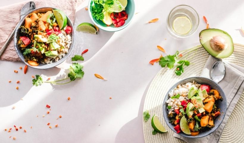 Dieta saudável com produtos orgânicos na mesa