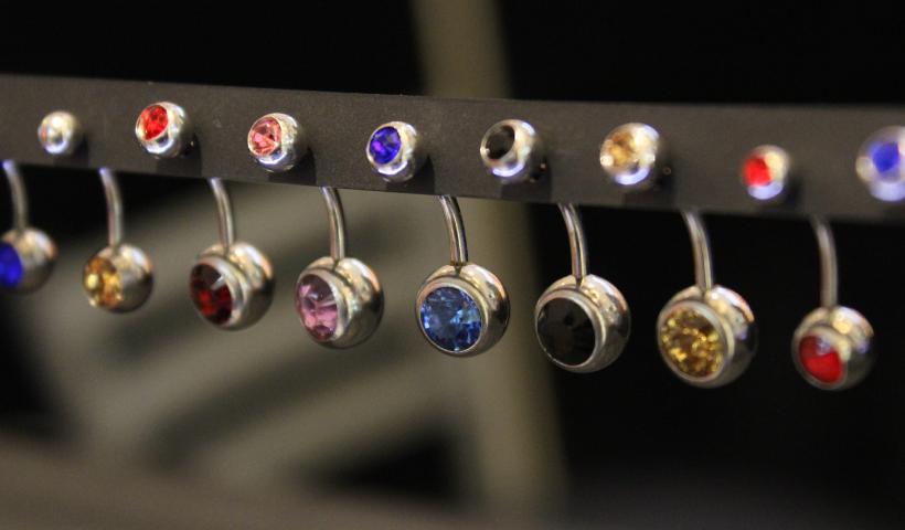 Piercings de vários tipos e modelos na Empório do Aço