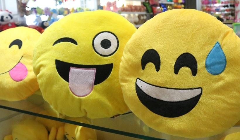 Emojis divertidos estampam os produtos da Cia do Dengo