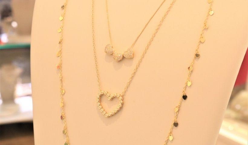 Trudys enche de cores brincos, pulseiras e colares