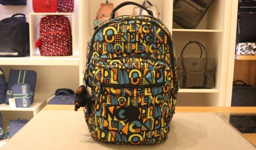 Aulas cheias de estilo com mochilas e bolsas Kipling