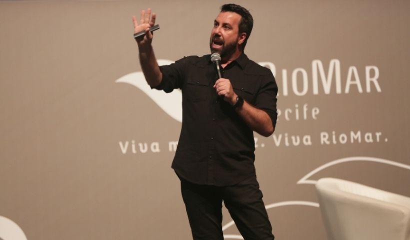 Teatro RioMar volta a ter eventos; Carlos Ferreirinha na pauta