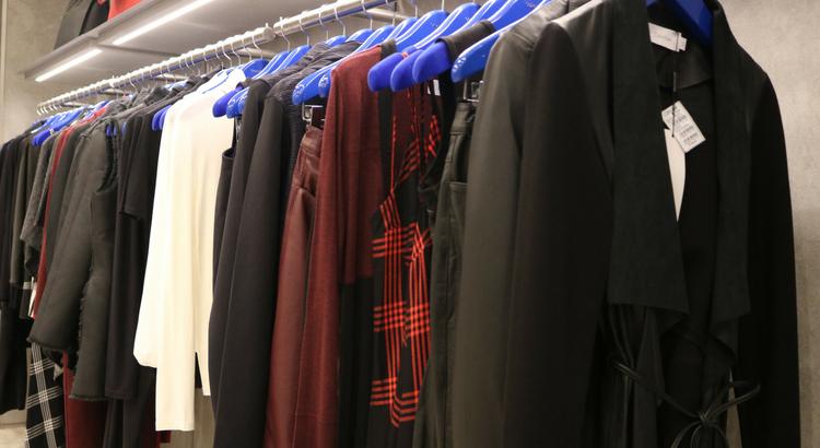 ba113082e39b6 A loja abre suas portas repleta de novidades da coleção de Inverno 18  inspirada na cultura americana. A linha Calvin Klein Jeans é dividida em  dois temas  ...